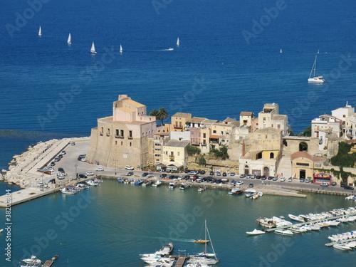 Papiers peints Palerme Blick auf den Hafen von Castellamara del Golfo, Sizilien