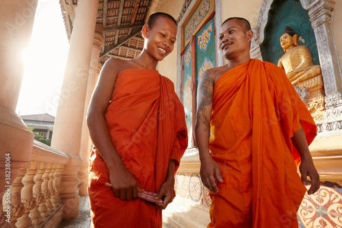 Fotografia  Two monks meet and salute in a buddhist monastery, Asia