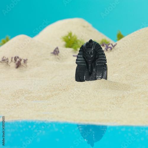 Spoed Foto op Canvas Turkoois tutankhamun egyptian bust in miniature sandy landscape