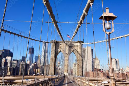 zwyczajny-przejscie-na-moscie-brooklynskim-w-miasto-nowy-jork