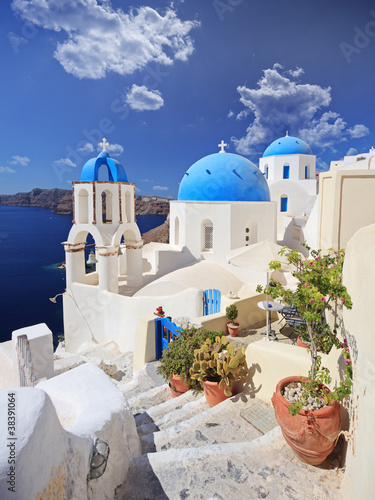 Photo  View of blue dome church in Oia village on Santorini island
