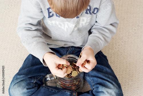 Junge sitzt über seinem Ersparten Canvas Print