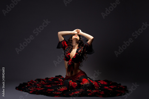Photo  young woman sit in gypsy black and red costume