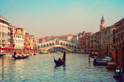 Foto op Plexiglas Venetie Rialto Bridge and gondolas in Venice.