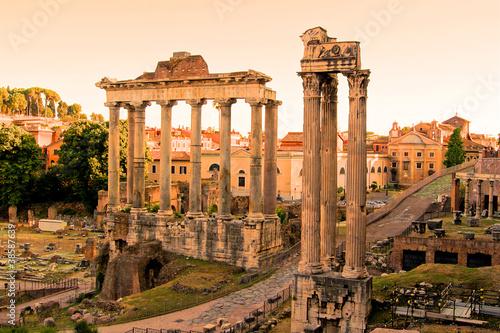 widok-na-ruiny-rzymskiego-forum-o-zachodzie-slonca