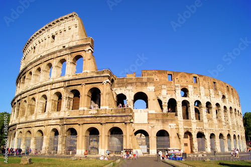 Photo  The iconic ancient Colosseum of Rome