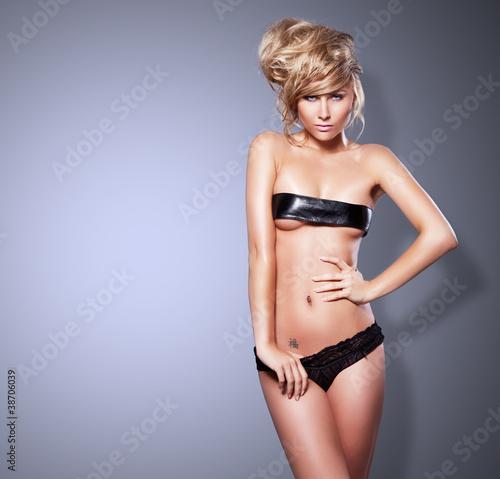 Obraz Gorgeous fashion style photo of beautiful blonde woman - fototapety do salonu