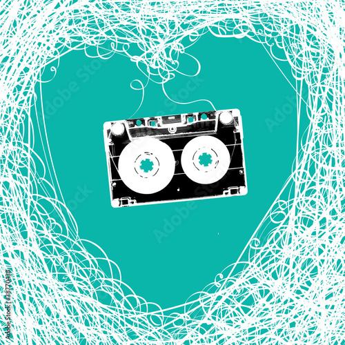 stara-kaseta-stereofoniczna-z-zaplatana-tasma-magnetyczna-w-ksztalcie-serca