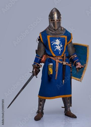 Fotografia Medieval knight on grey background.