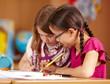 konzentrierte Kinder in der Grundschule
