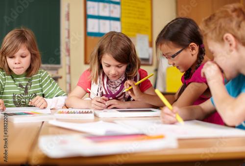 szczesliwe-dzieci-w-szkole-podstawowej