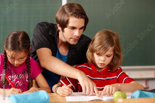 Foto Grundschullehrer gibt Hilfestellung
