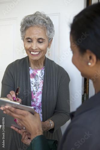 Valokuva  Senior signs a Petition