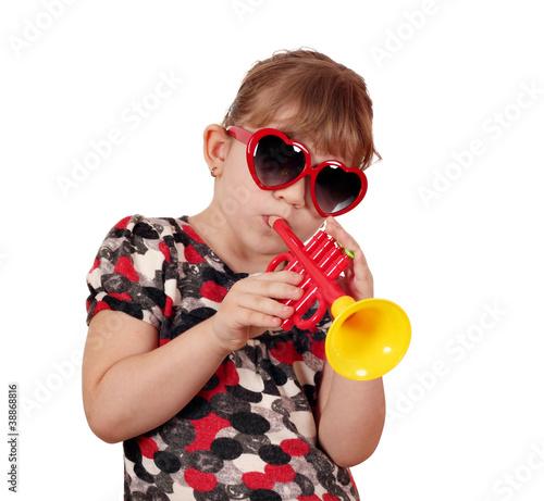 Papiers peints Magasin de musique little girl with sunglasses play trumpet