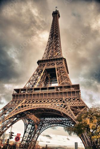 Vue de dessous de la tour Eiffel, Paris Poster