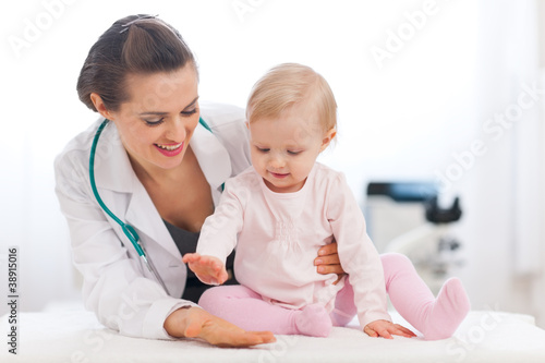 Fotografia  Cheerful baby high five to pediatrician doctor