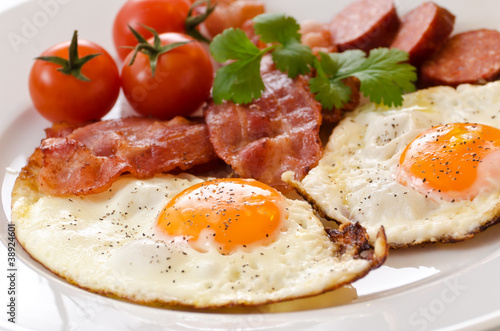 Deurstickers Gebakken Eieren Fried eggs with bacon and tomatoes