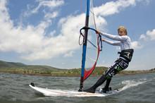 Junge Beim Windsurfen