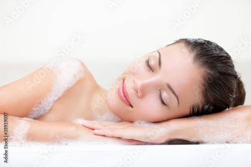 Doppelrollo mit Motiv - Woman relaxing in bath (von Ariwasabi)
