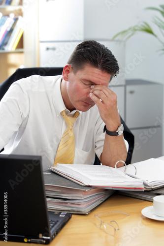 Foto  Überstunden im Büro Symbolfoto zum Burn-out-Syndrom
