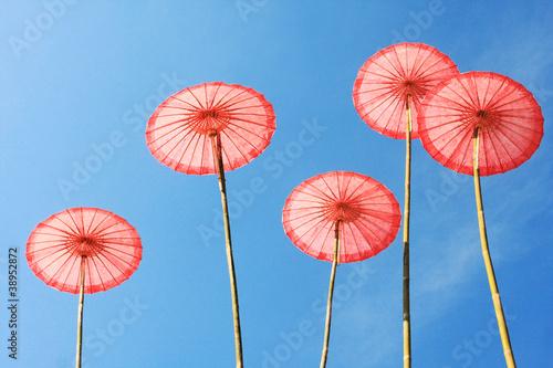 tajlandzki-tradycyjny-parasol-z-jasnym-niebieskim-niebem