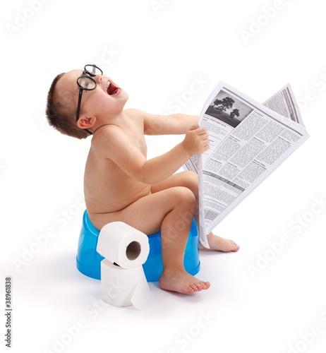 maly-chlopiec-siedzi-na-nocnik-z-gazety