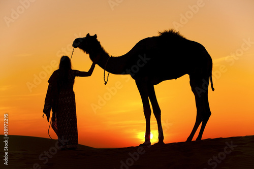 Canvas Print Women holding a camel the Thar Desert, Rajasthan - India
