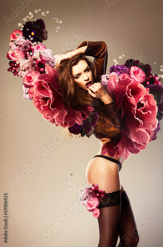 Photo  beautiful erotic woman with flower wings
