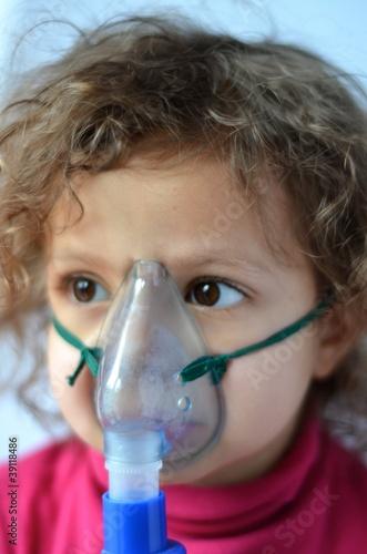 bambina con aerosol Canvas Print