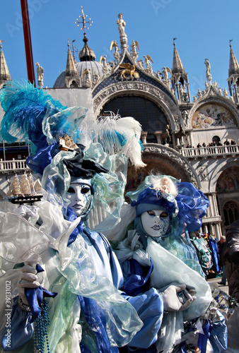 Foto op Aluminium Carnaval Masked couple with San Marco cathedral behind