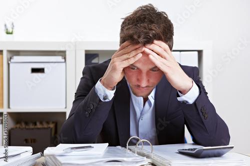Fotografía  Mann im Büro mit Burnout
