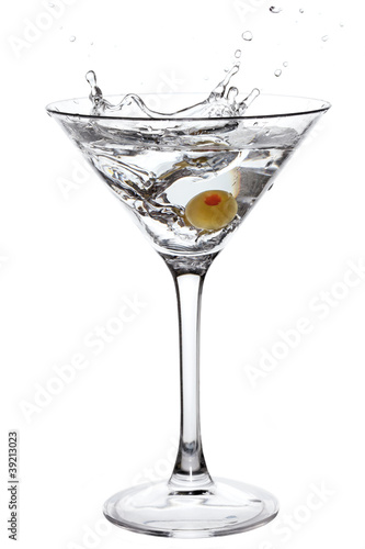 Fotografía  Splashing Martini with olive isolated on white