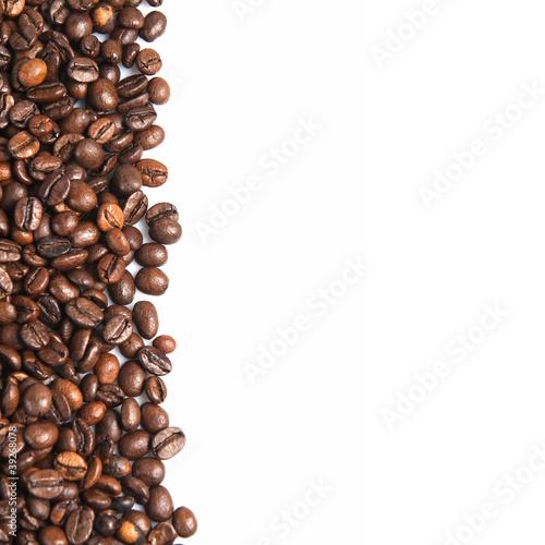 Deurstickers koffiebar Granos de café sobre un fondo blanco.