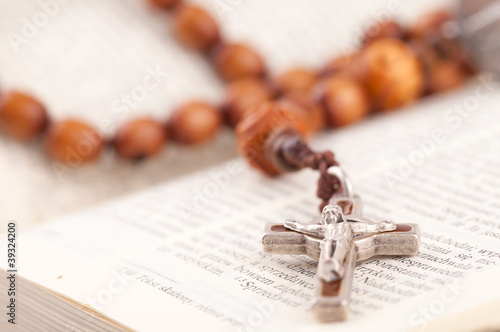 Valokuva rosary on holy bible