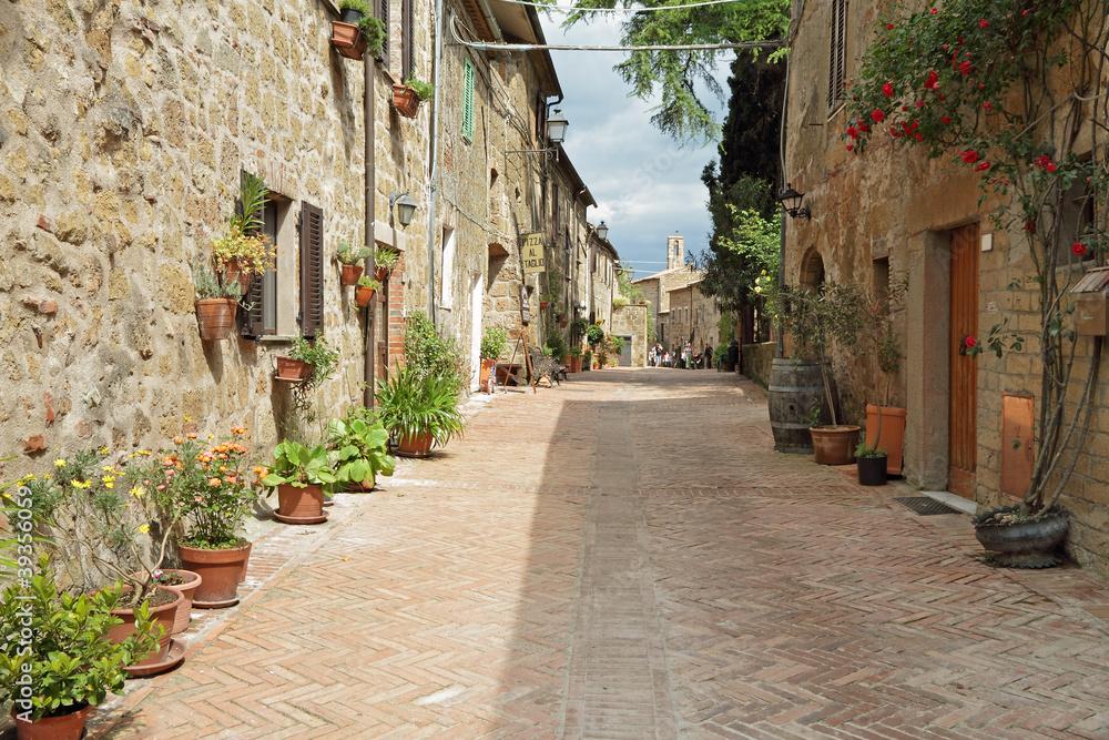 ulica wybrukowana cegłą w starym włoskim borgo Sovana w Toskanii,