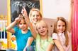 Kinder spielen Schule zu Hause