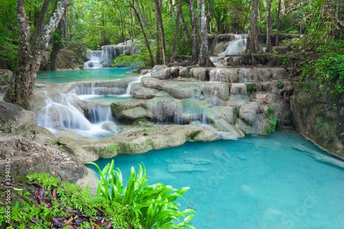 Naklejka premium Błękitna strumień woda w Erawan siklawy narodu parku Tajlandia