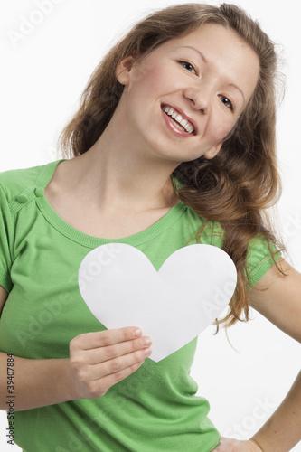 Photo  Dynamische junge Frau mit weißem Herz in der Hand