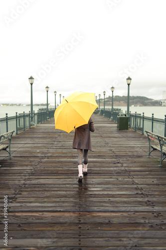 dziewczyna-z-parasolem-na-drewnianym-molo