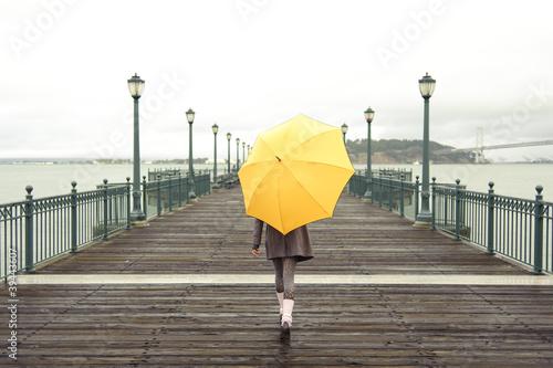 dziewczyna-idzie-z-parasolem
