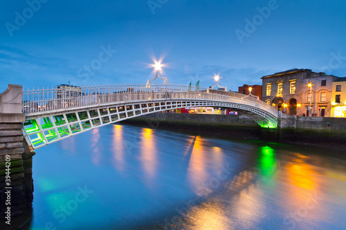 Photo  The ha'penny bridge in Dublin at night, Ireland