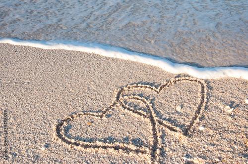 Foto-Kissen - 2 gemalte Herzen am Meer in der Brandung (von stadelpeter)