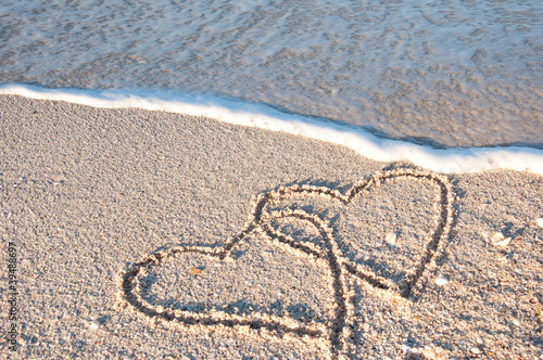 Foto-Leinwand - 2 gemalte Herzen am Meer in der Brandung