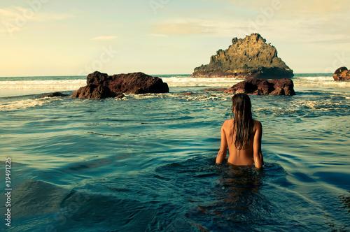 Foto-Leinwand - Chica sentada en la orilla del mar