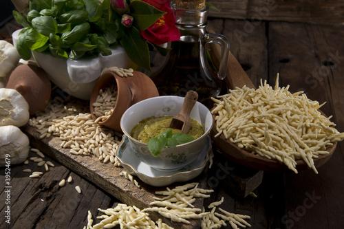 ingredienti per il pesto alla genovese -liguria