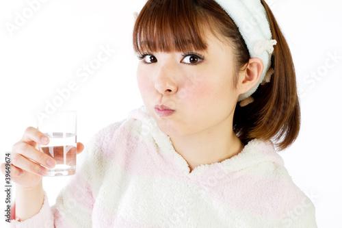 Fotografía  Beautiful young woman rinsing mouth