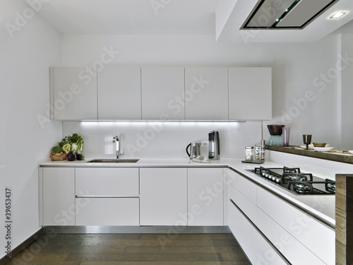 moderna cucina in laminato bianco e pavimento di legno ...