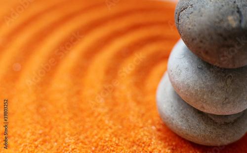 Photo sur Plexiglas Zen pierres a sable gros plan sur galets et sable coloré