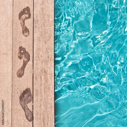 Fotografie, Obraz  Traces de pieds nus au bord d'une piscine