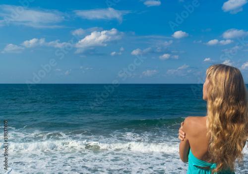 In de dag Bleke violet Sexy woman on a beach looking far on horizon